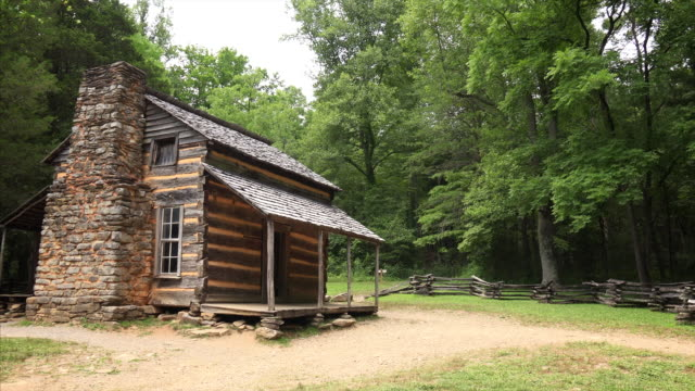 the john oliver log cabin in the great smoky mountains national park, tennessee - capanna di legno video stock e b–roll