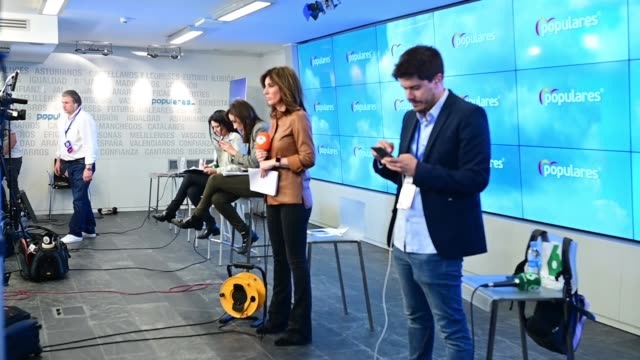 the journalists wait at head center of partido popular in the during the result election´s day on april 28 2019 in madrid spain spaniards went to the... - val evenemang bildbanksvideor och videomaterial från bakom kulisserna