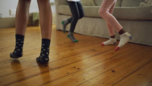 vídeos de stock, filmes e b-roll de as alegrias da maternidade - dançar