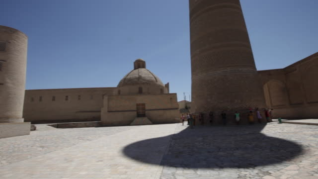 the kalyan mosque (maedjid-i kalyan) and the kalyan minaret in bukhara, uzbekistan - bukhara stock videos and b-roll footage