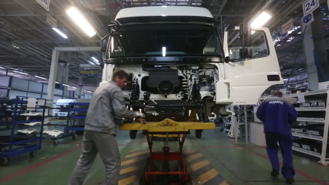 the kamaz pjsc automobile plant in naberezhnye chelny, tatarstan, russia, on wednesday, january 29, 2020. kamaz has forecast vehicle sales of 35,709... - motor stock-videos und b-roll-filmmaterial