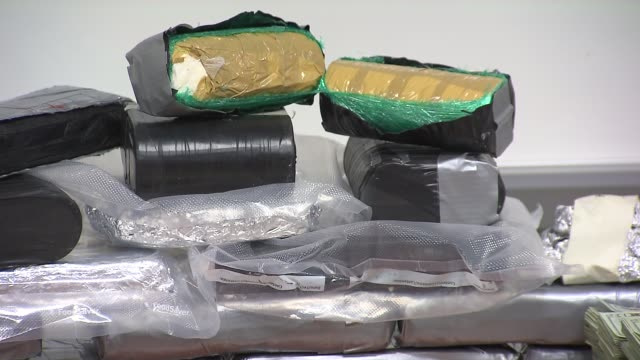 vídeos de stock e filmes b-roll de wgn the kane county sheriff's office seized 17 kilos of cocaine with an estimated street value of $16 million as well as $295000 on march 14 2014 in... - droga recreativa