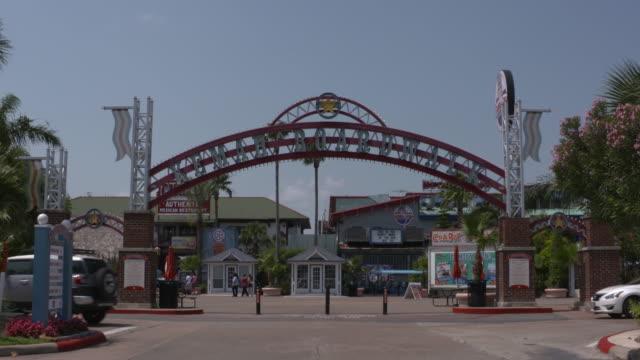 vidéos et rushes de kiah the kemah texas kemah boardwalk entrance on may 10 2016 - allée couverte de planches