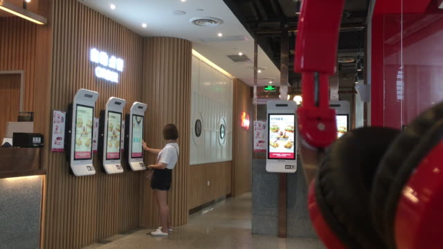 vidéos et rushes de the kfc restaurant is a self order restaurant in which customers order food only from the machine or their smart phone kfc invest more on self... - cuisine rapide
