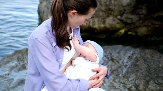 vídeos y material grabado en eventos de stock de el niño extracción de mama de su mamá, acercamiento - amamantar