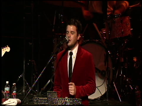 vídeos de stock e filmes b-roll de the killers at the 2004 kroq almost acoustic christmas at the universal amphitheatre in universal city california on december 11 2004 - kroq