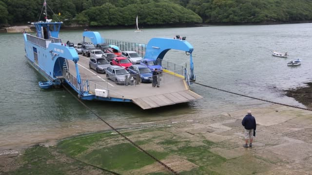 the king harry ferry letting cars off after crossing the river fall, on august 20, 2015. the ferry connects falmouth with the roseland peninsular,... - fähre stock-videos und b-roll-filmmaterial