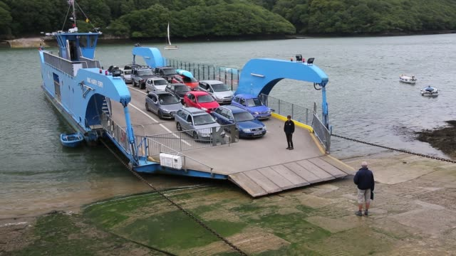vidéos et rushes de the king harry ferry which crosses the river fal, connecting falmouth with the roseland peninsular, cornwall, uk. - ferry