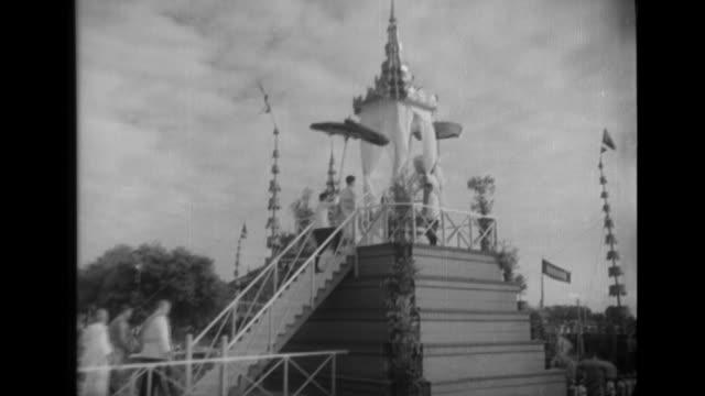 vídeos y material grabado en eventos de stock de the king of laos and foreign ministers attend the public coronation ceremony of king norodom sihanouk of cambodia in phnom penh - rey persona de la realeza