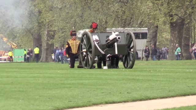 the king's troop royal horse artillery and the honourable artillery company each fire celebratory royal salutes to mark the birth of the duke and... - britisches königshaus stock-videos und b-roll-filmmaterial