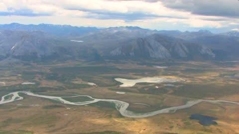 vídeos de stock e filmes b-roll de the kongakut river valley and the brooks range. - ártico