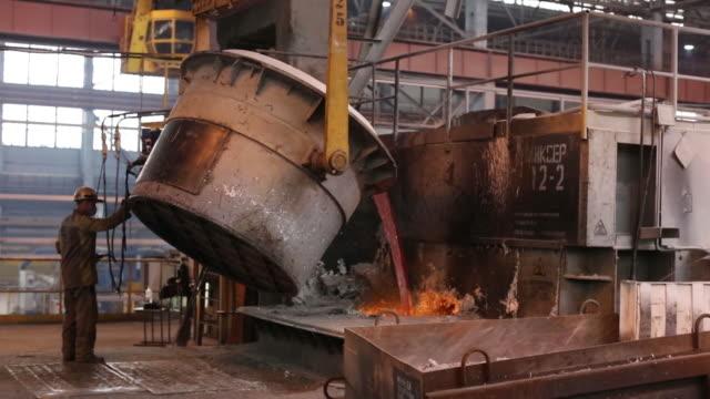 stockvideo's en b-roll-footage met the krasnoyarsk aluminum smelter, operated by united company rusal in krasnoyarsk, krasnoyarsk krai, russia, on monday, september 3, 2018. - hoogoven