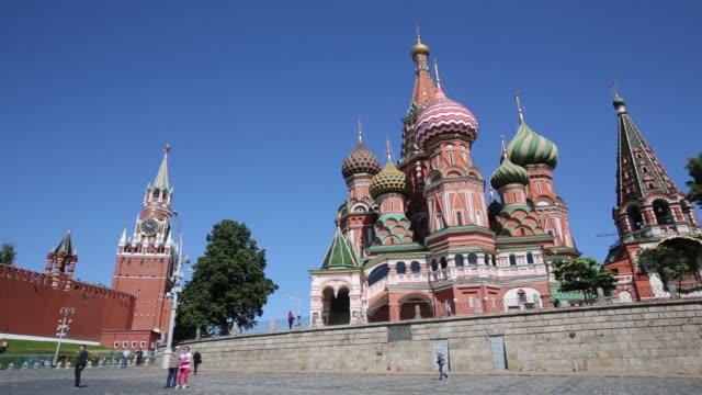the kremlin building, left, and st basil's cathedral, right, stand on the banks of the moscow river in moscow, russia, on monday, june 8, 2015 shots:... - moskau stock-videos und b-roll-filmmaterial