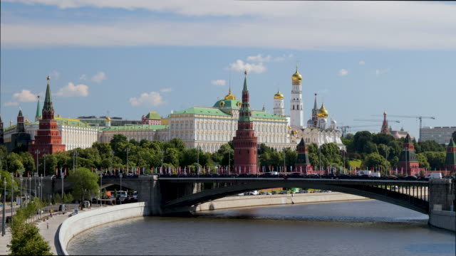 the kremlin & moskva river, moscow, russia - moskau stock-videos und b-roll-filmmaterial