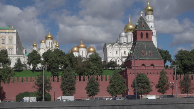 the kremlin (kreml) of moscow, view from moskva river - moskau stock-videos und b-roll-filmmaterial