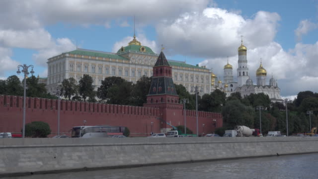 the kremlin (kreml) of moscow, view from moskva river - moscow russia stock-videos und b-roll-filmmaterial