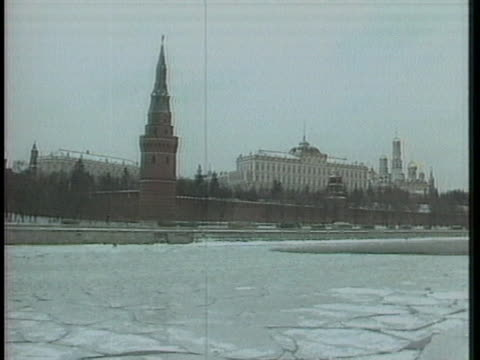 vidéos et rushes de the kremlin stands in downtown moscow near the icy moskva river. - moscow russia