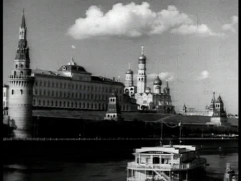 vídeos de stock e filmes b-roll de day the kremlin w/ moskva river fg - 1935