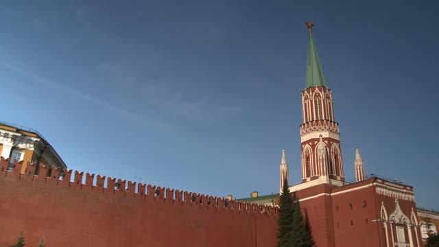the kremlin wall surrounds the kremlin. available in hd. - tornspira bildbanksvideor och videomaterial från bakom kulisserna