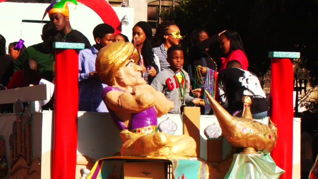 the 'krewe of harambee mardi gras parade' is held annually on martin luther king jr day spectators attend the celebration in downtown shreveport to... - festwagen stock-videos und b-roll-filmmaterial