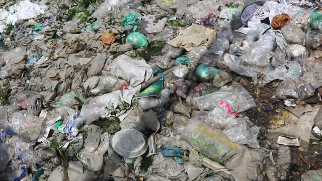 vídeos y material grabado en eventos de stock de the kutubkhali canal in dhaka is filled with garbage mostly plastic bag and polyethylene millions of carelessly discarded plastic bags choke the... - bolsa de plástico