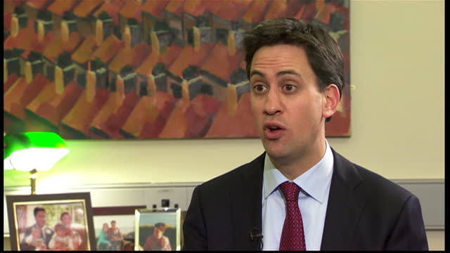 stockvideo's en b-roll-footage met the labour leader ed miliband has told sky news he's determined to do the right thing for the country if people don't like it as he puts it that's... - britse labor partij