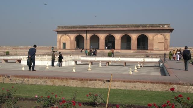 vidéos et rushes de the lahore fort, lahore, punjab, pakistan; december 2, 2019; the lahore fort is a citadel in the city of lahore, punjab, pakistan. the fortress is... - forteresse