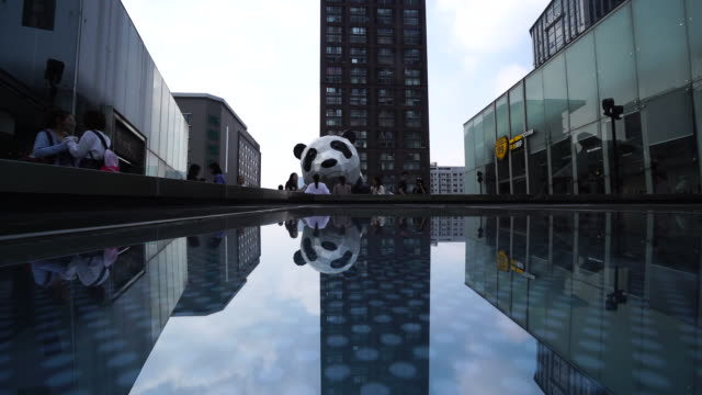ifs the landmark of chengdu cbd and business center which collects lots of big brands and luxury stores the big panda sculpture on the top of ifs is... - 成都点の映像素材/bロール