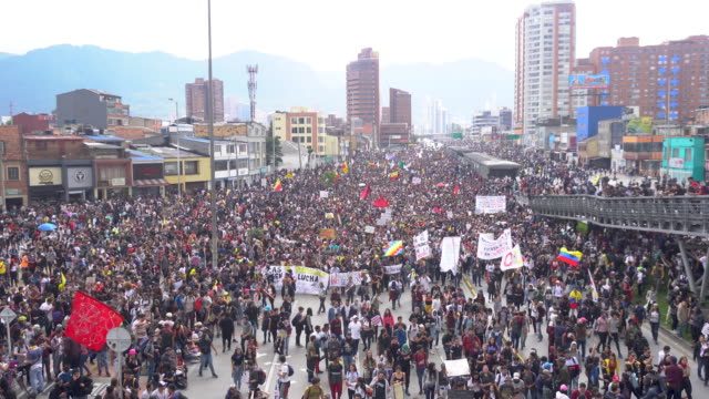 vídeos de stock e filmes b-roll de the largest demonstration in colombia was held in a long time, approximately 500,000 people in the city of bogotá alone, who from approximately 9 in... - questão social