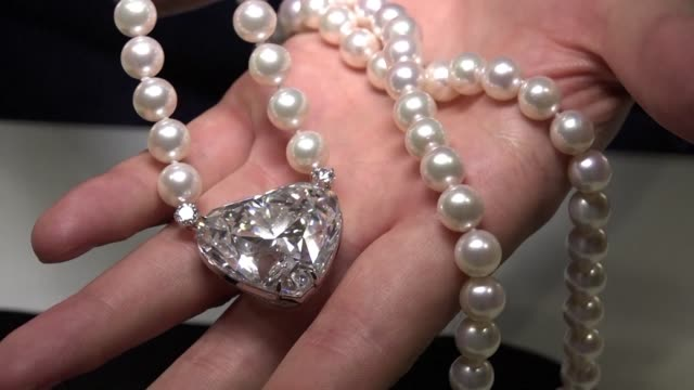 vídeos de stock, filmes e b-roll de the largest ever flawless heartshaped diamond to appear at auction will go under the hammer at christie's in geneva later this month and is expected... - símbolo conceitual