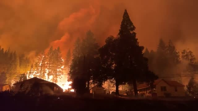 the largest wildfire burning in california https://www.latimes.com/california/story//danger-high-dixie-fire-surges-overnight destroyed homes and... - https stock-videos und b-roll-filmmaterial