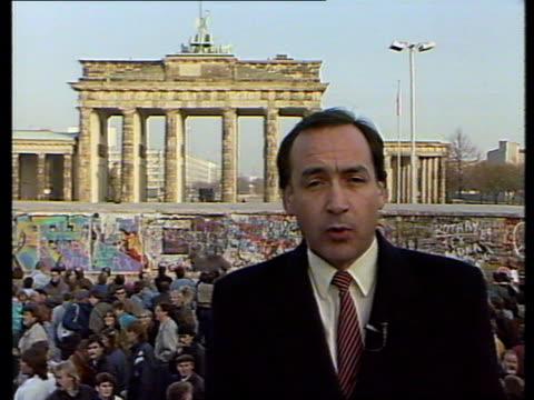 stockvideo's en b-roll-footage met `the last days of the wall': pab of live broadcast; germany: berlin: brandenburg gate: live i/cams from alastair stewart: - brandenburgse poort