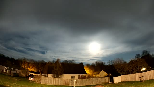 stockvideo's en b-roll-footage met //www.space.com/42673-december-full-moon.html full moon of 2020 was on display in london, kentucky, on december 30. this video, recorded by johnnie... - https