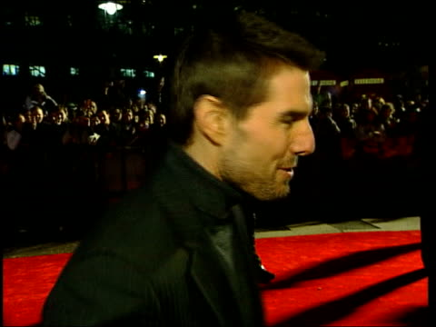premiere itn tom cruise interview sot cms side cruise speaking to the press pull out i/c tcms cruise shaking hands with fans and signing autographs - tom cruise bildbanksvideor och videomaterial från bakom kulisserna