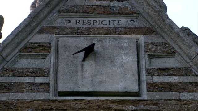 vídeos y material grabado en eventos de stock de the latin word respicite is inscribed above a sundial on rushton triangular lodge in northamptonshire, england. available in hd. - northamptonshire