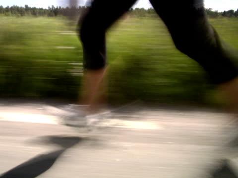 vídeos y material grabado en eventos de stock de the legs of a woman jogging next to a corn field sweden. - una mujer de mediana edad solamente