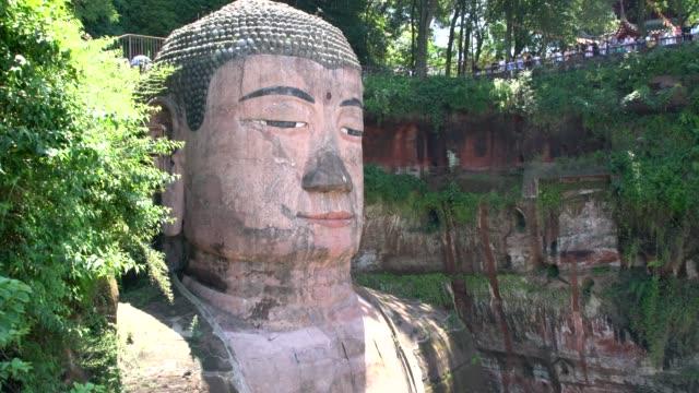 the leshan giant buddha statue near leshan, sichuan, china - jätte uppdiktad figur bildbanksvideor och videomaterial från bakom kulisserna