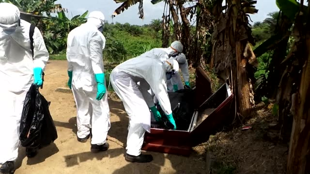 vídeos y material grabado en eventos de stock de the liberian government changes its policy on the cremation of ebola victims and is now allowing non ebola dead to be buried alongside those who have... - ébola