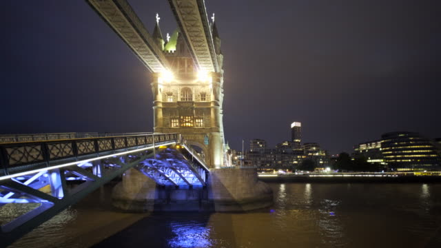 vídeos de stock, filmes e b-roll de the lifting of tower bridge at night. - drawbridge