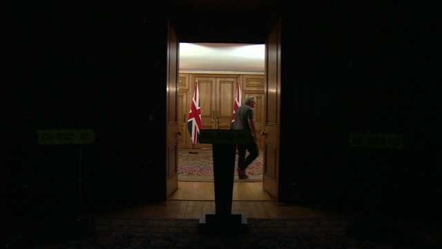 """the light being switched off in the downing street coronavirus briefing room - """"bbc news"""" stock videos & royalty-free footage"""