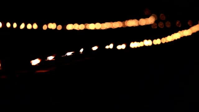 het licht van de kaars verlicht 's nachts rond wat maheyong