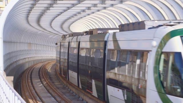 die stadtbahn in kaohsiung ist der erste stadtbahnverkehr in taiwan - einschienenbahn stock-videos und b-roll-filmmaterial