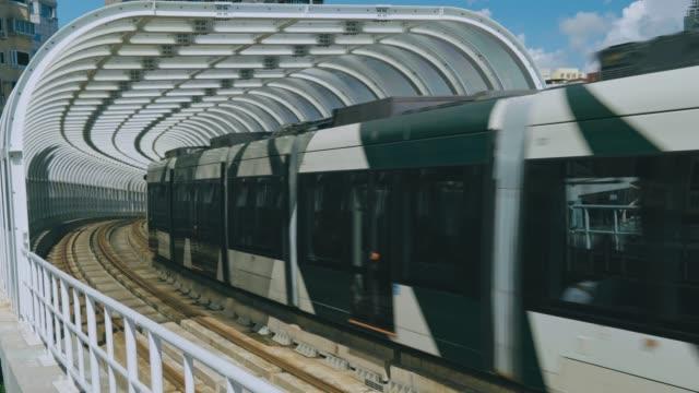 die stadtbahn in kaohsiung ist die erste stadtbahn in taiwan - einschienenbahn stock-videos und b-roll-filmmaterial