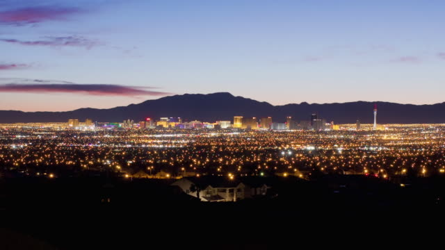 vídeos de stock e filmes b-roll de the lights of las vegas sparkle along the horizon of the nevada desert. - nevada