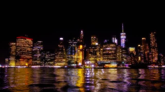 夜のニューヨーク市の光。夜の金融街とフリーダムタワーの反射。ハドソン川。照明。色。 - ジャスパー国立公園点の映像素材/bロール