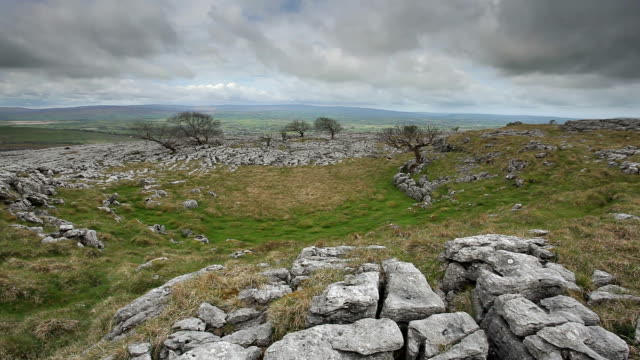 vídeos de stock e filmes b-roll de the limestone pavement of twistleton scar in the yorkshire dales. - yorkshire