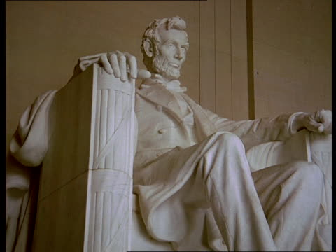 the lincoln statue sits in washington, d.c.'s lincoln memorial. - lincolndenkmal stock-videos und b-roll-filmmaterial