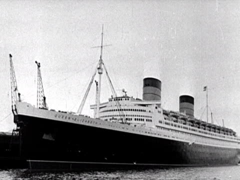 the liner rms queen elizabeth is moored at southampton docks. - 英国ハンプシャー点の映像素材/bロール