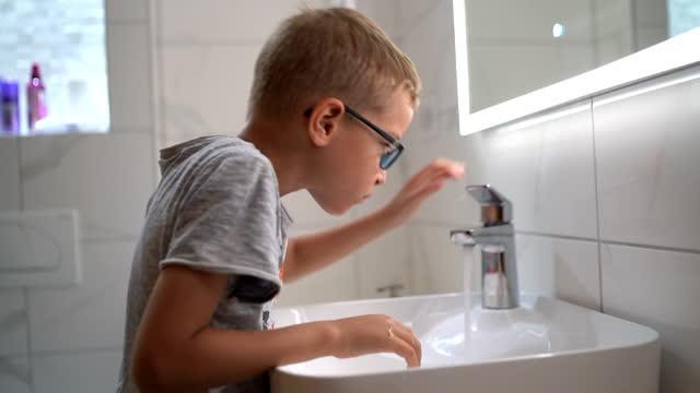 vidéos et rushes de le petit garçon se brosse les dents à la maison - dents