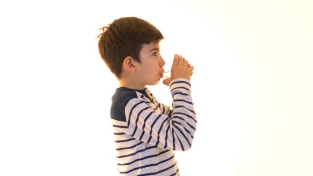 小さな男の子は薬と水を飲んで